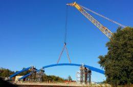 Montáž ocelových oblouků mostu ve Svinarech